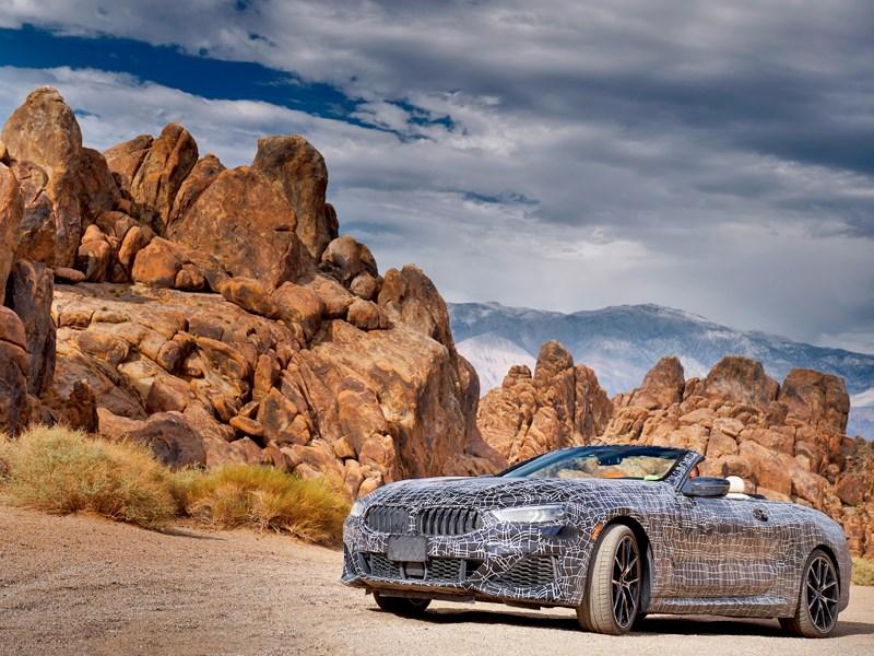Door Death Valley aan het stuur van het prototype van de BMW 8 Reeks Cabrio.