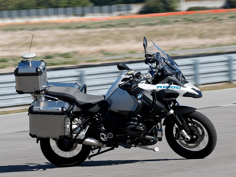 BMW Motorrad présente une BMW R 1200 GS roulant de manière autonome