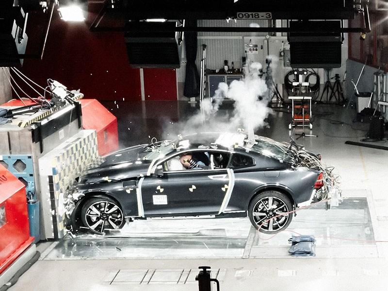 Polestar evalueert sterkte koolstofvezel in succesvolle eerste crashtest