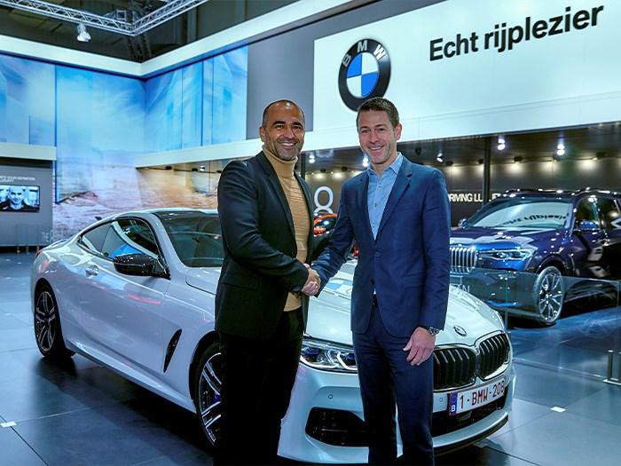 Bondscoach Roberto Martinez ontvangt zijn nieuwe BMW op het Autosalon.
