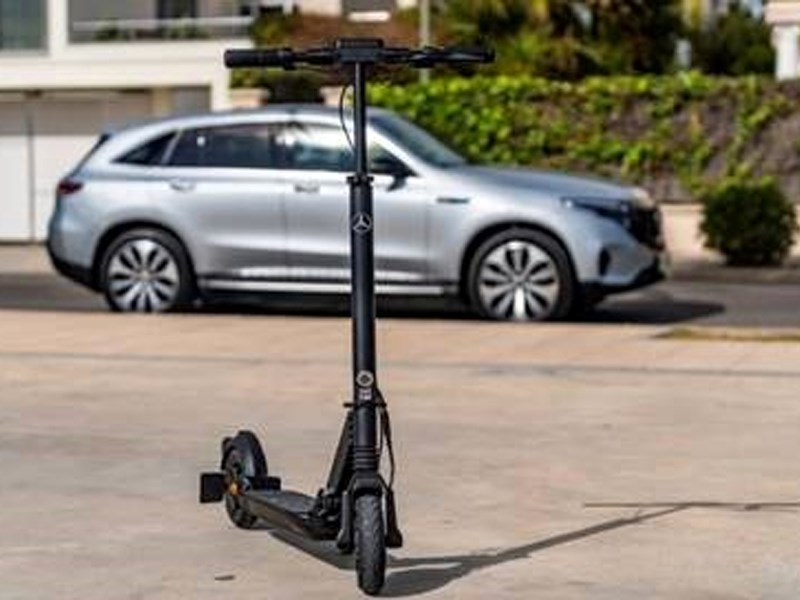 Car Avenue Rapide et sans émissions – franchissez ce « dernier kilomètre » avec l'eScooter Mercedes-Benz
