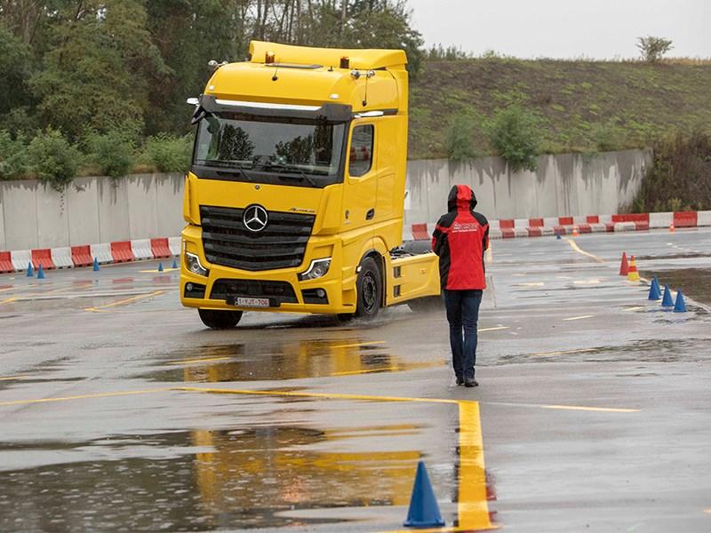 Vier chauffeurs scherpen slipskills aan achter het stuur van de Actros