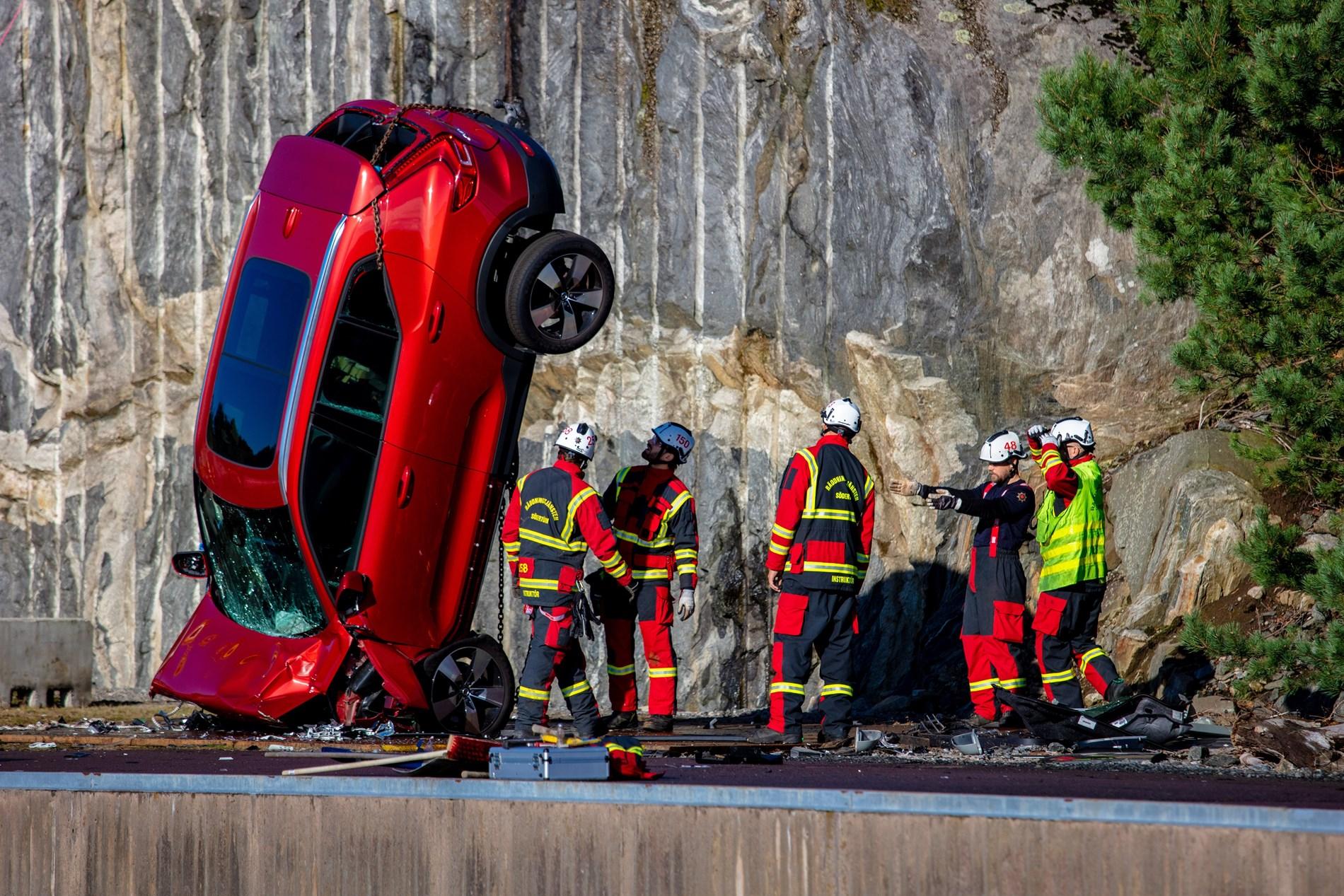 Van Houdt Kijk toe terwijl Volvo Cars nieuwe auto's vanop 30 meter hoogte te pletter laat storten om de reddingsdiensten te helpen levens te redden