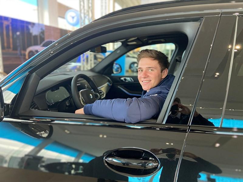 Remco Evenepoel neemt Plug-In Hybride BMW X5 xDrive45e in ontvangst