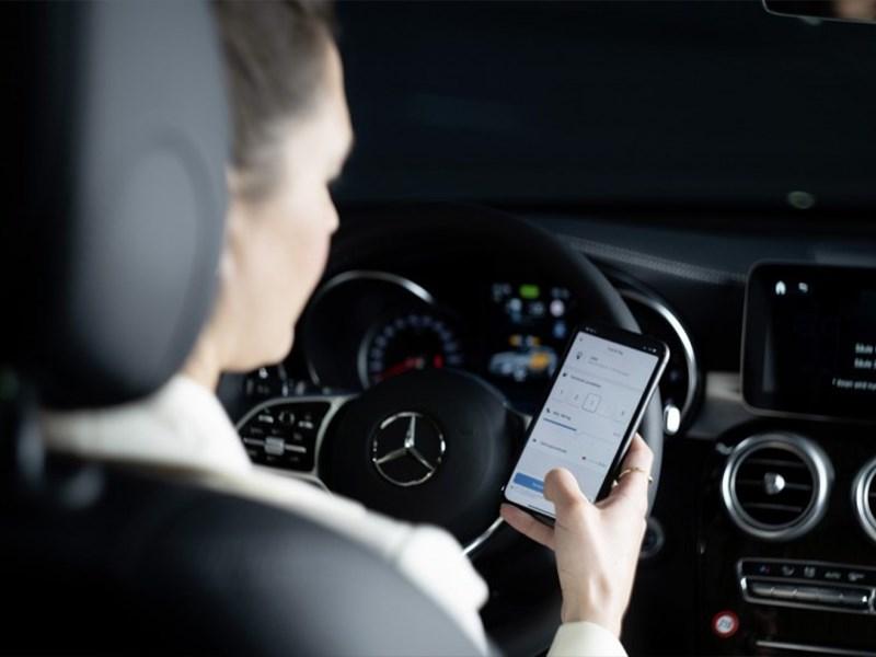 Nieuwe Mercedes me 'Fuel & Pay': contactloos en gemakkelijk betalen aan de pomp